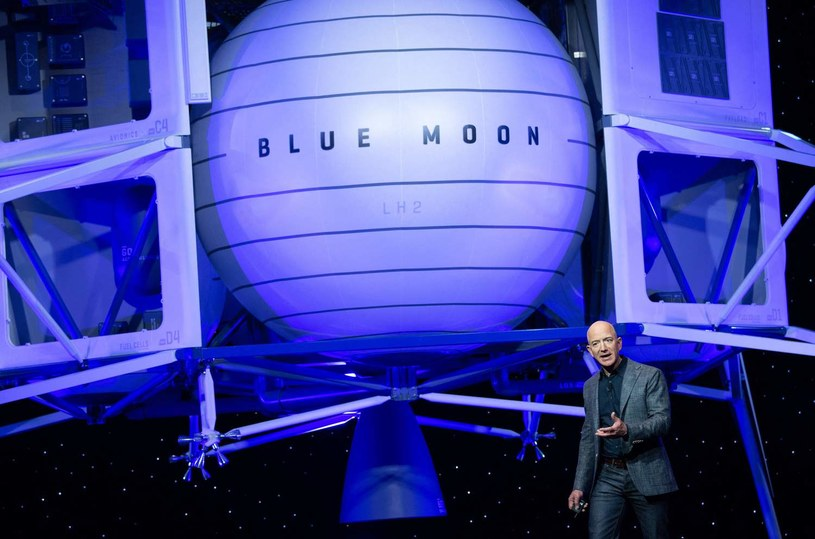 Jeff Bezos przedstawia projekt Blue Mood /AFP