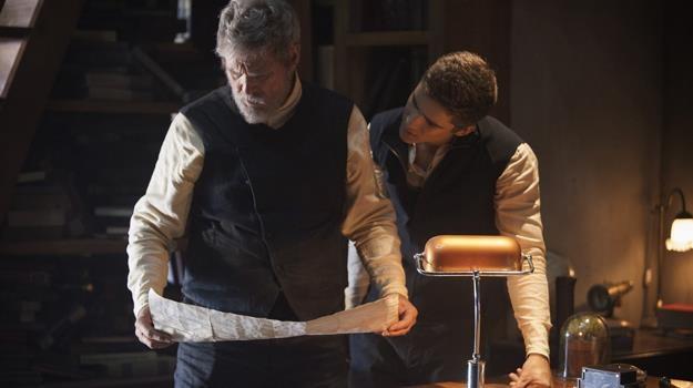 """Jeff Bridges i Brenton Thwaites w scenie z filmu """"Dawca Pamięci"""" /materiały dystrybutora"""