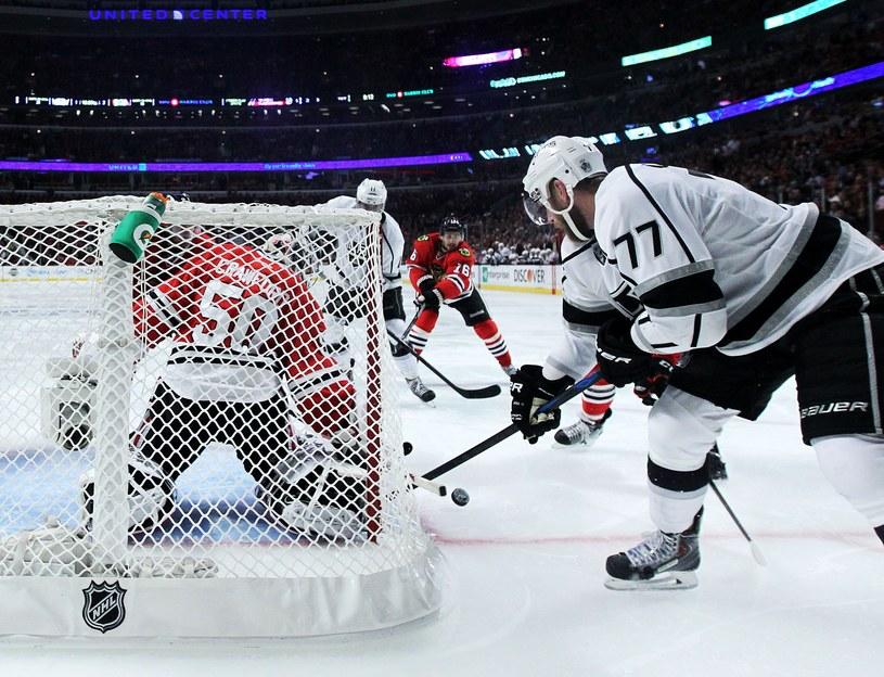 Jeff Carter atakuje bramkę Chicago Blackhawks /AFP