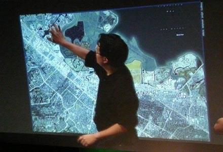 Jeff Han przedstawia ekran typu multitouch mierzący siłę nacisku i kierunek poruszania się palców /HeiseOnline