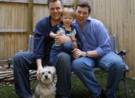 Jeffrey (z prawej) i Chris z synem Henrym Hiettiko-Parsons w swoim ogrodzie. Nowy Jork, 1 maja 2008 /AFP