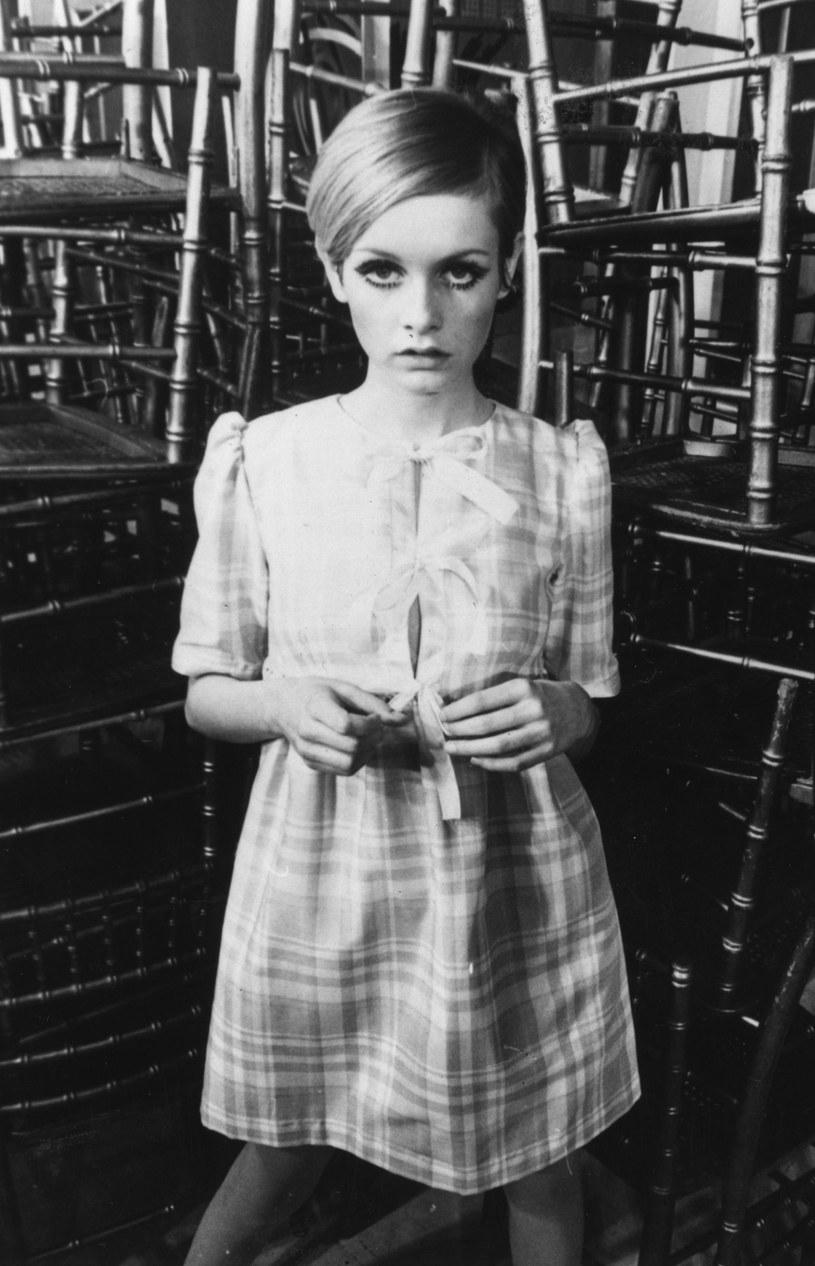 jej znakiem firmowym stał się mocny makijaż oka, który modelka wykonywała sama /Getty Images