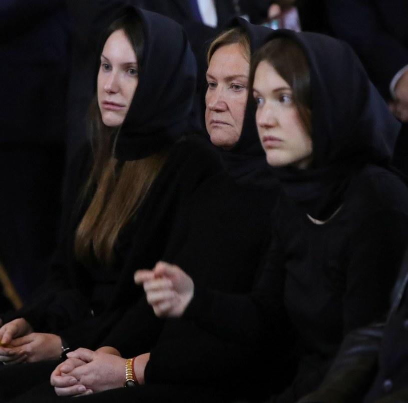 Jelena Baturina (w środku) z córkami podczas pogrzebu męża Jurija Łużkowa, byłego mera Moskwy /AFP