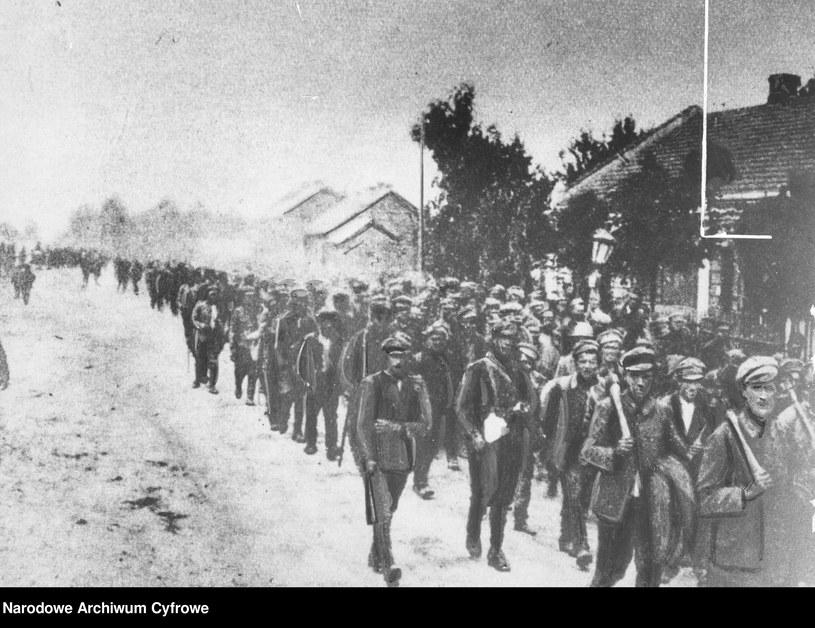 Jeńcy radzieccy w przemarszu przez Radzymin, sierpień 1920 /Z archiwum Narodowego Archiwum Cyfrowego