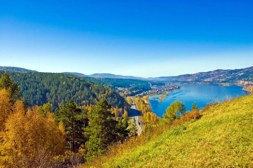 Jenisej to najzasobniejsza w wodę rzeka Syberii. Wzdłuż jej brzegów buduje się liczne elektrownie wodne. /123/RF PICSEL