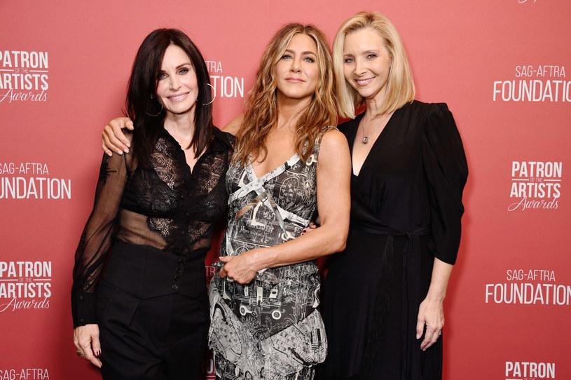 Jennifer Aniston, Courteney Cox i Lisa Kudrow - gwiazdy serialu przyjaźnią się również w życiu prywatnym /Gregg DeGuire /East News