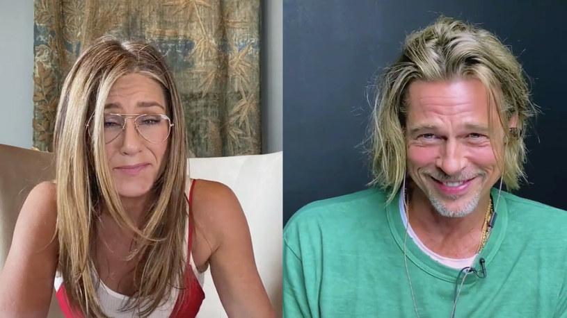 """Jennifer Aniston i Brad Pitt wzięli udział w czytaniu scenariusza filmu """"Beztroskie lata w Ridgemont High"""". Transmitowane na Facebooku godzinne wydarzenie, którego celem było wsparcie charytatywnej organizacji Seana Penna CORE zajmującej się pomocą społecznościom w czasie pandemii koronawirusa, było pierwszym wspólnym występem Aniston i Pitta od czasu ich rozwodu 15 lat temu /East News"""