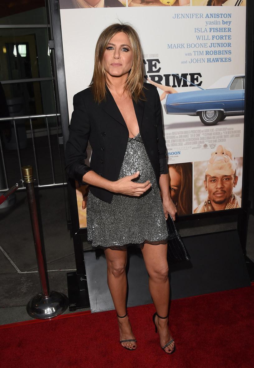 Jennifer Aniston z wyraźnie zaokrąglonym brzuszkiem /Jason Merritt /Getty Images