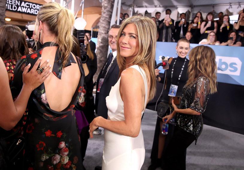 Jennifer Aniston zachwyciła w jedwabnej sukni od Diora z asymetrycznym dekoltem /Rich Fury/Getty AFP/EastNews /East News