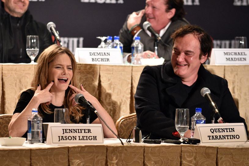 """Jennifer Jason Leigh i Quentin Tarantino na konferencji prasowej """"Nienawistnej ósemki"""" w Nowym Jorku, grudzień 2015 /Bryan Bedder /Getty Images"""
