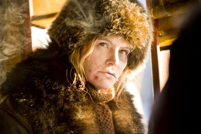 """Jennifer Jason Leigh w filmie Quentina Tarantino """"Nienawistna ósemka"""" /materiały prasowe"""