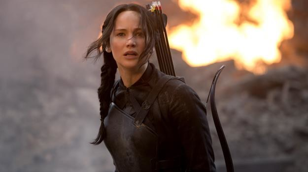 """Jennifer Lawrence jako Katniss Everdeen w scenie z filmu """"Igrzyska śmierci: Kosogłos. Część 1"""" /materiały dystrybutora"""