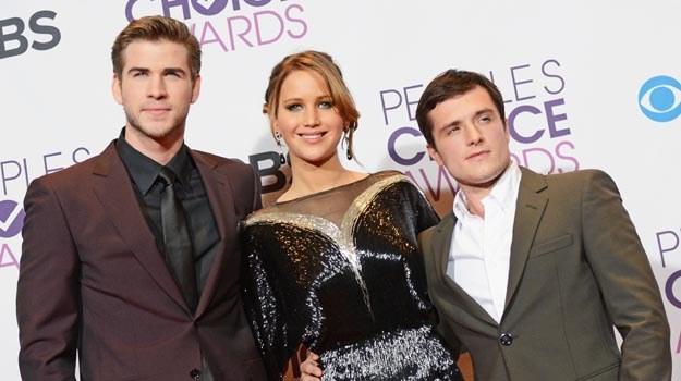 Jennifer Lawrence w towarzystwie Liama Hemswortha (L) i Josha Hutchersona (P) - fot. Jason Merrit /Getty Images/Flash Press Media