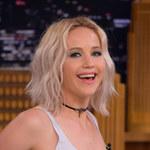 Jennifer Lawrence z dwiema statuetkami Teen Choice Awards