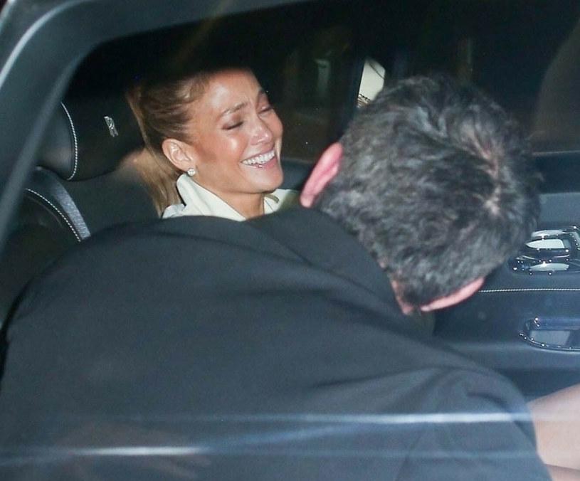 Jennifer Lopez i Ben Affleck na tylnym siedzieniu samochodu w Beverly Hills /BACKGRID /East News
