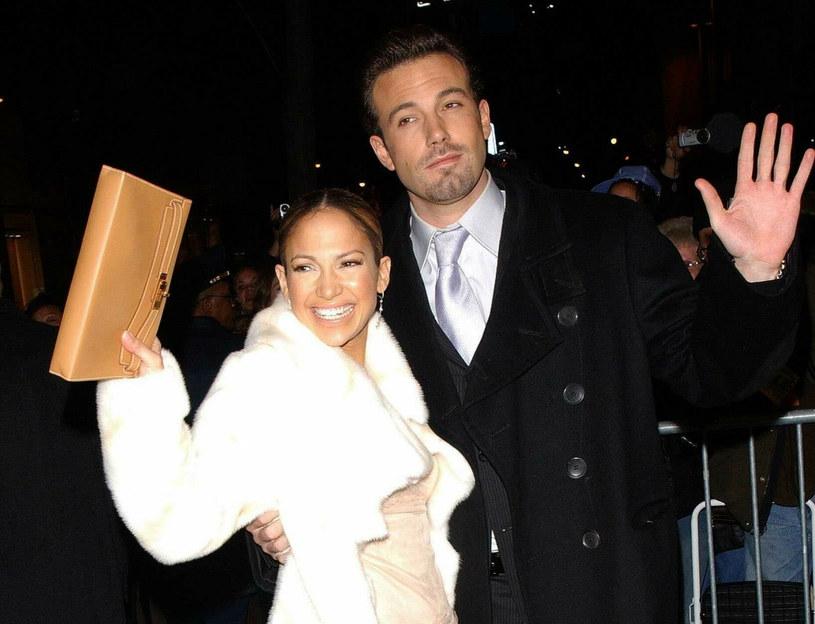 """Jennifer Lopez i Ben Affleck po raz pierwszy zaczęli spotykać się w lipcu 2002 roku podczas kręcenia komedii romantycznej """"Gigli"""" /East News"""