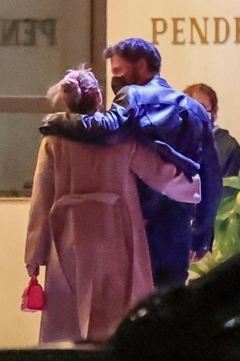 Jennifer Lopez i Ben Affleck przytulali się do siebie /BACKGRID /East News