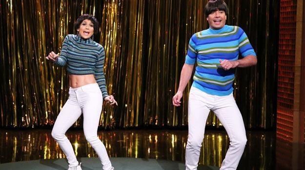 Jennifer Lopez i Jimmy Fallon spierają się śpiewająco o to, kto ma bardziej obcisłe spodnie. /materiały prasowe