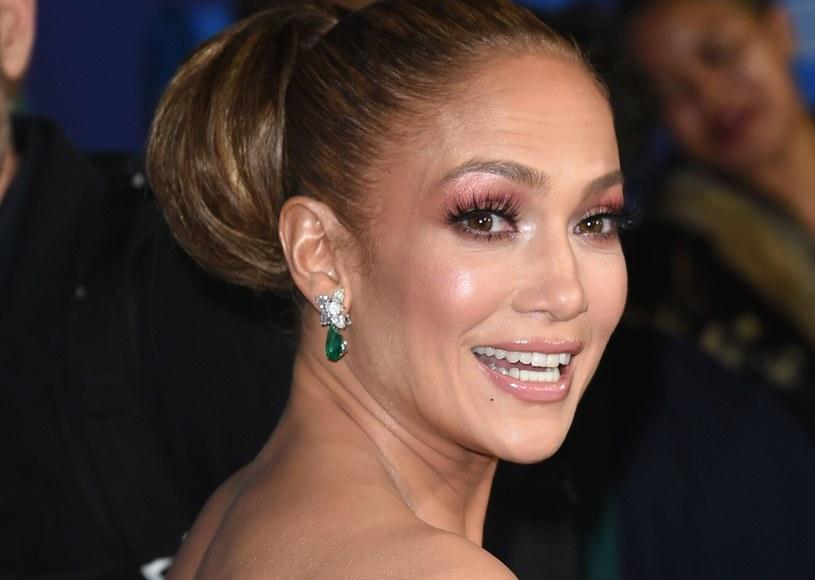 Jennifer Lopez jest już po pięćdziesiątce, ale wciąż zachwyca urodą i zgrabną sylwetką jak u nastolatki /Rex Features /East News