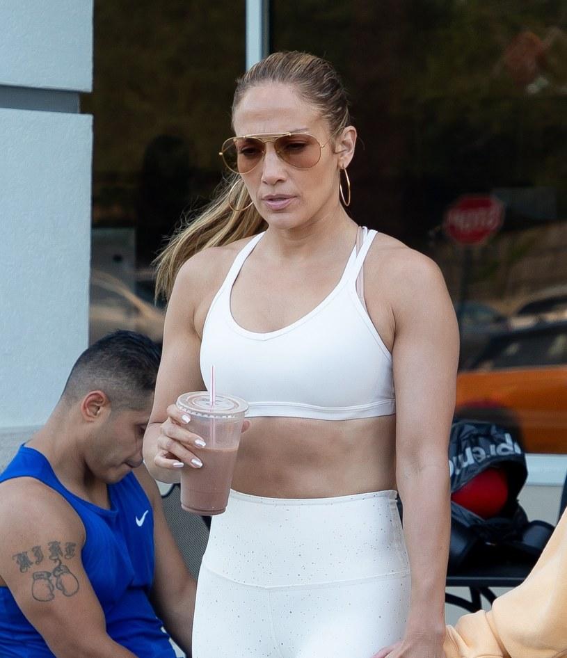 Jennifer Lopez regularnie chodzi na siłownię /Splash News /East News