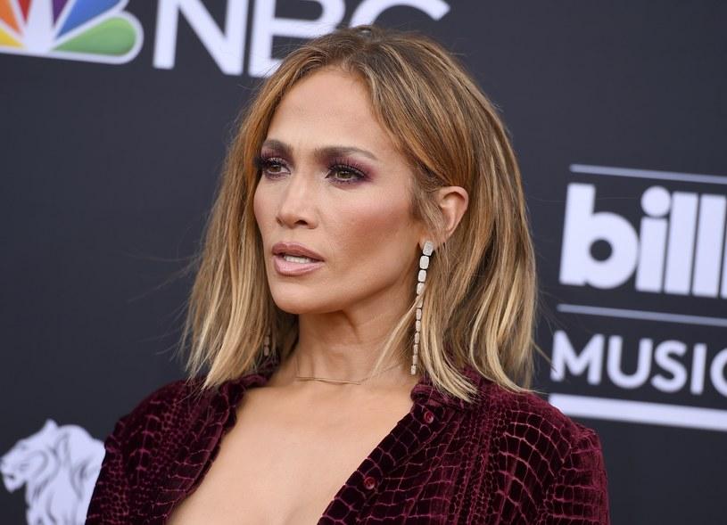 Jennifer Lopez stawia na oryginalne kolczyki /East News