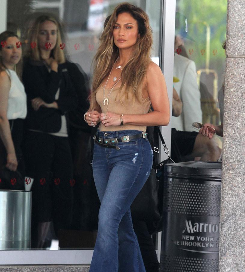 Jennifer Lopez w najmodniejszych spodniach tej wiosny /East News