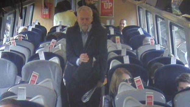 Jeremy Corbyn w pociągu - zdjęcie z monitoringu /