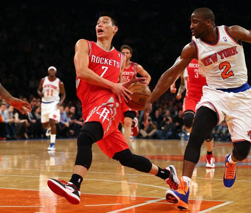 Jeremy Lin (z lewej) zdobył dla Houston Rockets 22 punkty. /AFP