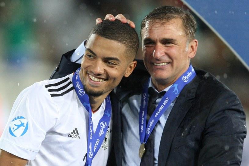 Jeremy Toljan (z lewej) oraz trener Stefan Kunst ze złotymi medalami Euro U21 /Tomasz Jarzębowski /East News