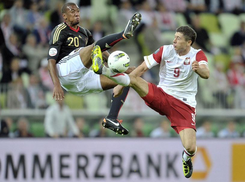Jerome Boateng i Robert Lewandowski podczas meczu Polska - Niemcy w Gdańsku we wrześniu 2011 r. Za ten mecz niemiecka telewizja zapłaciła więcej niż polska. /AFP