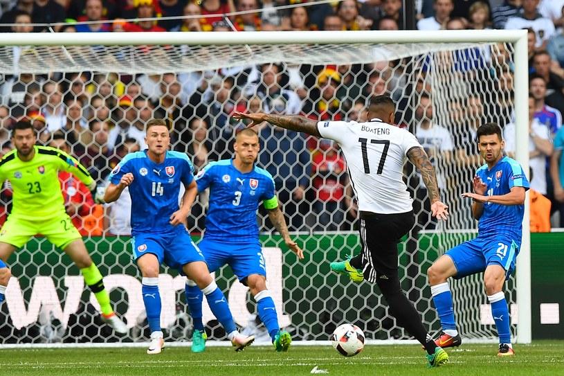 Jerome Boateng strzela gola dla Niemców w meczu ze Słowacją /AFP