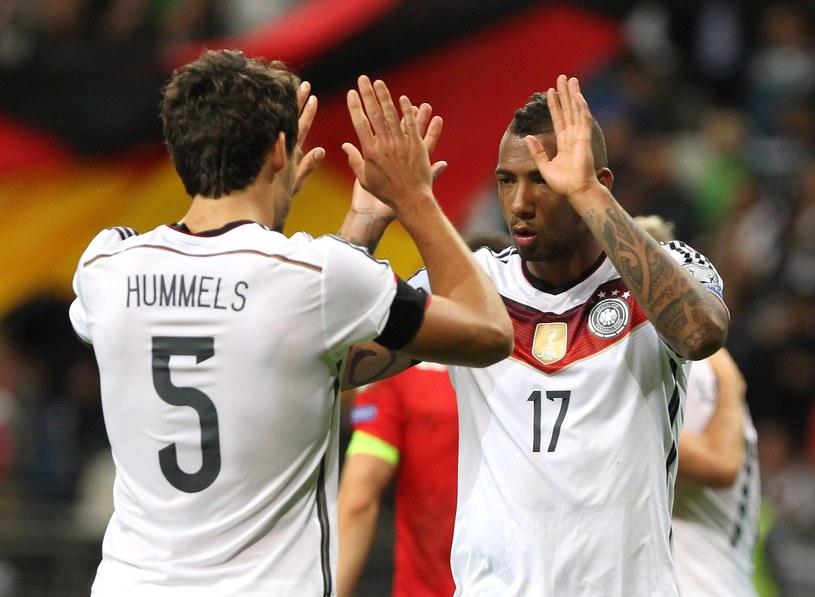 Jerome Boateng (z prawej) i Mats Hummels będą nowymi partnerami w obronie Bayernu /AFP