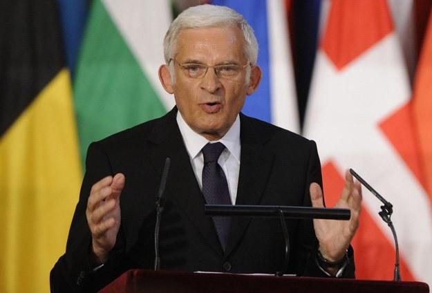 Jerzy Buzek jest zaskoczony wynikiem przetargu /arch. AFP