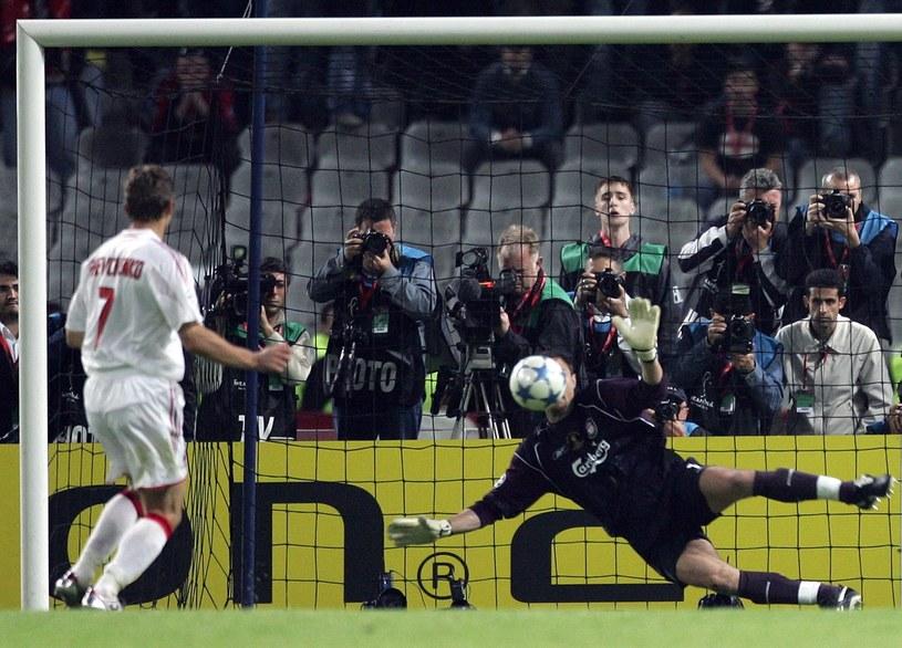 Jerzy Dudek broni strzał Andrija Szewczenki w finale Ligi Mistrzów 2005 /FILIPPO MONTEFORTE / AFP /AFP