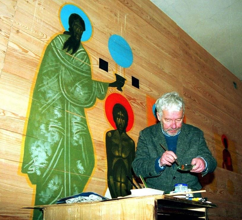 Jerzy Nowosielski podczas malowania wnęetrza cerkwi w Krakowie w 2001 r., fot. Wacław Klag / REPORTER /East News