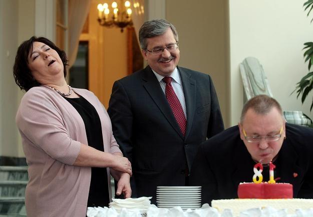 Jerzy Owsiak zdmuchuje świeczki na torcie urodzinowym / fot. Leszek Szymański /PAP