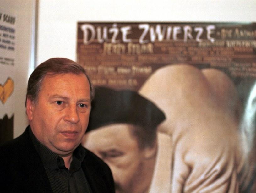 """Jerzy Stuhr na tle plakatu filmu """"Duże zwierzę"""" /Robert Jaworski /Agencja FORUM"""