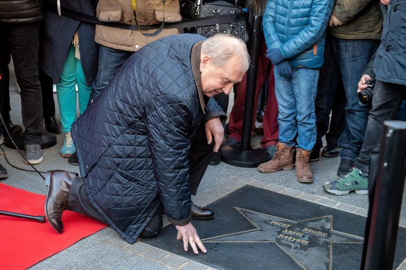 Jerzy Stuhr pozuje do zdjęć przy odsłoniętej gwieździe z jego nazwiskiem w Łódzkiej Alei Gwiazd /Grzegorz Michałowski /PAP