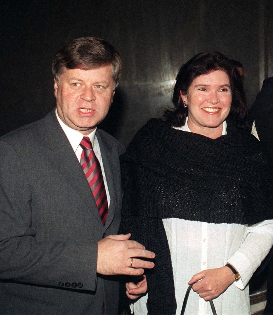 Jerzy Szmajdziński z żoną Małgorzatą Sekułą-Szmajdzińską na zdjęciu z października 2002 roku /Radek Pietruszka /PAP