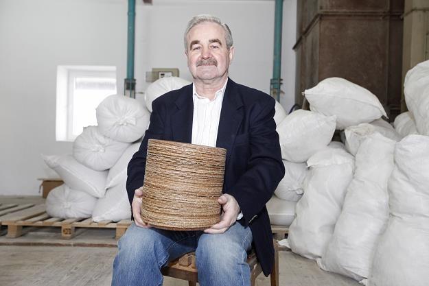 Jerzy Wysocki, szef firmy Biotrem, z jadalnymi naczyniami /PAP