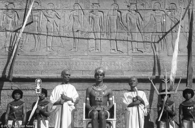 Jerzy Zelnik (C) na tle pałacu faraona /East News/POLFILM