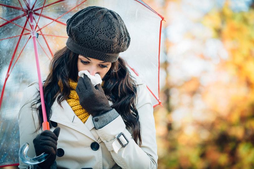 Jesienią, gdy poranki i wieczory są coraz chłodniejsze łatwo o przeziębienia /123RF/PICSEL