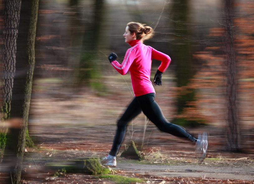 Jesienią nie musisz rezygnować z joggingu /123RF/PICSEL