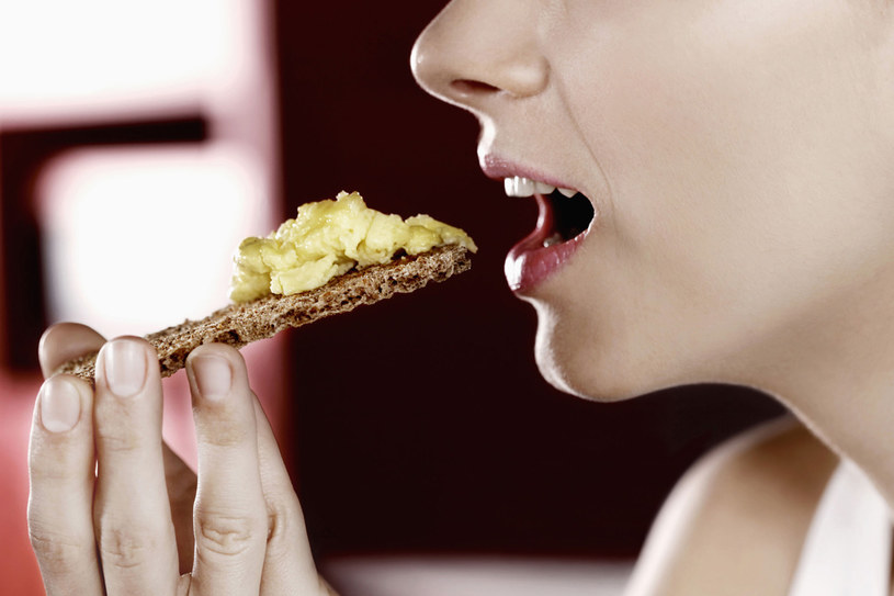 Jesienią sięgnij po ciepłe dania. Na śniadanie polecamy pożywną jajecznicę lub omlet /123RF/PICSEL