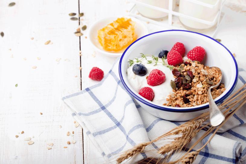 Jesienią śniadanie powinno być ciepłe i działać przeciwzapalnie. Spróbuj jaglanki: kas zę ugotuj z bakaliami na mleku, np. roślinnym. /123RF/PICSEL