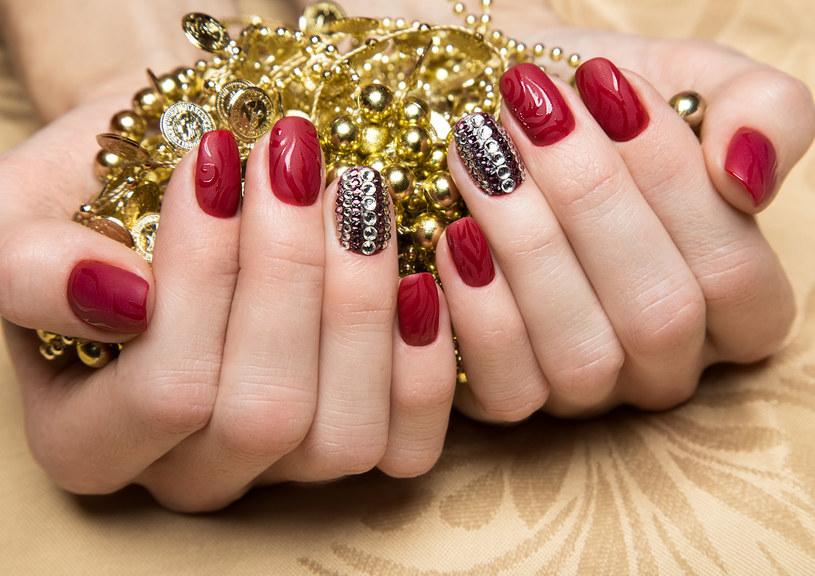 Jesienią z powodzeniem możesz postawić na uniwersalne paznokcie w kolorze czerwonym /123RF/PICSEL