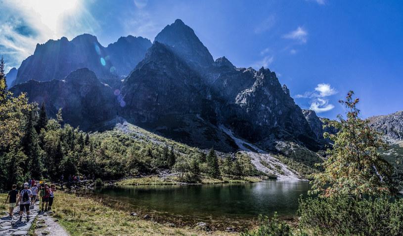 Jesienne wędrówki po Tatrach również cieszą się wielką popularnością wśród turystów. Należy jednak pamiętać, że o tej porze roku trzeba być gotowym na wszystko /Jan Graczynski/East News /East News