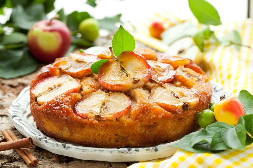 Jesienny biszkopt z jabłkami i cynamonem /123RF/PICSEL