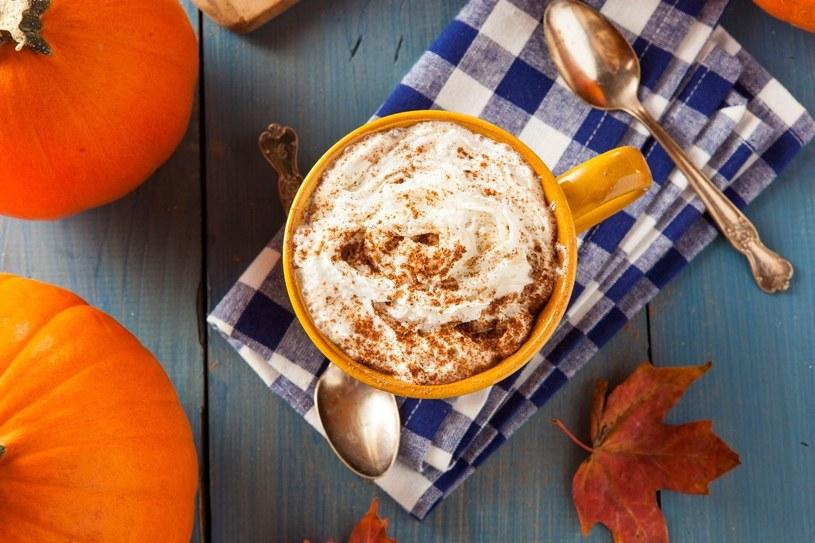 Jesienny klimat idealnie podkreśli kawa z dodatkiem pysznego puree dyniowego w połączeniu z rozgrzewającym syropem korzennym /123RF/PICSEL