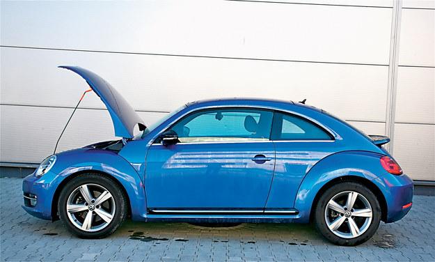 Jeśli auto stoi na nachyleniu, bagnet nie jest zanurzony prawidłowo w oleju, co fałszuje wyniki odczytu. /Motor